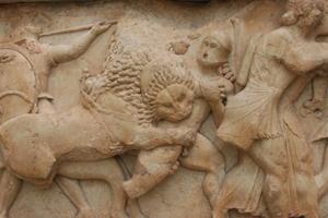 Битва греков с троянцами при участии богов и гигантов. Фрагмент фриза Сокровищницы сифносцев, 525 год до н.э.
